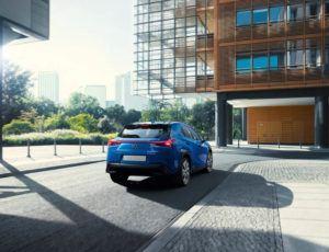 Lexus-UX-300e-electrico-movimiento-trasera