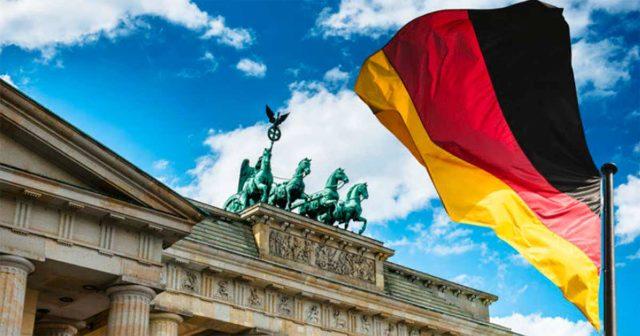 Bandera de Alemania delante de un monumento