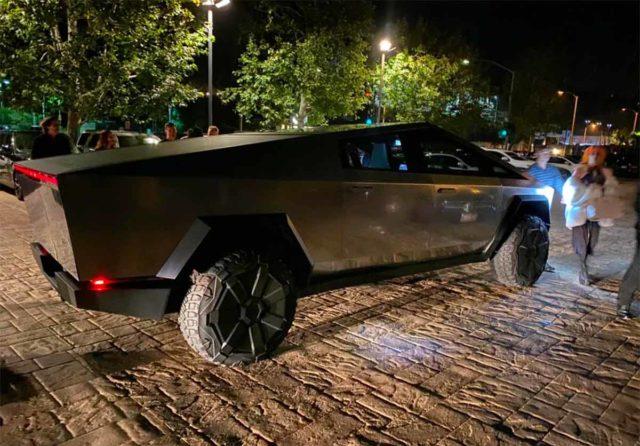 Foto de la Tesla CyberTruck por las calles de Los Ángeles