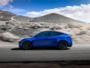 Tesla Model Y de vista lateral de color azul