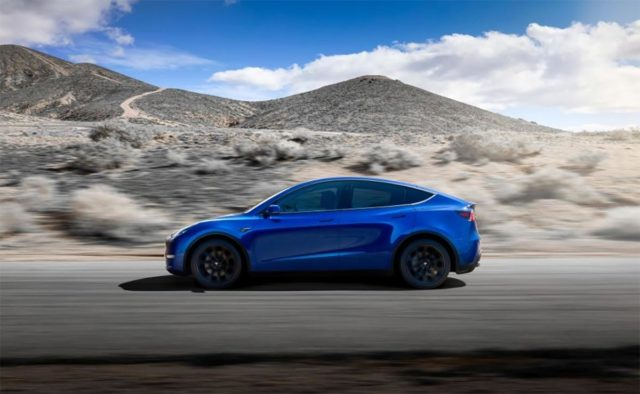 Tesla Model Y de vista lateral de color azul