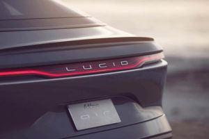 lucid-air-sedan-lujo-electrico-insignia-trasera