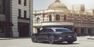 lucid-air-sedan-lujo-electrico_trasera-lateral