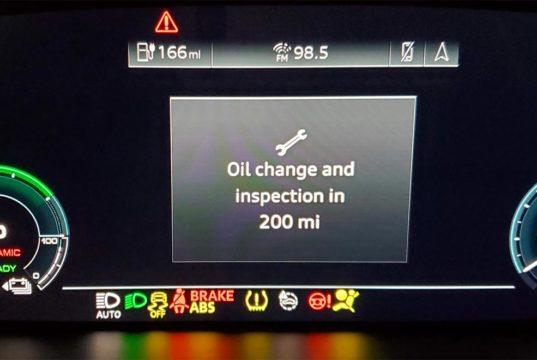 Mensaje de cambio de aceite en un Audi e-Tron