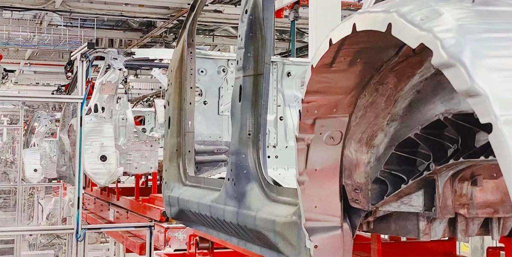 Foto del interior de la fábrica de Fremont en la cadena de montaje del Tesla Model Y