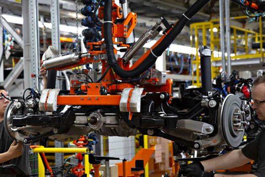 Foto del interior de la fábrica de Ford en un proceso de montaje de un coche