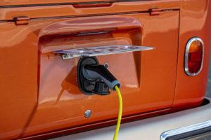 volkswagen-t1-samba-bus-transformacion-eclassics-e_bulli-electrica_cargando