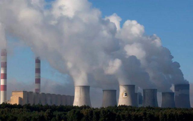 Foto de una central eléctrica de carbón en funcionamiento.