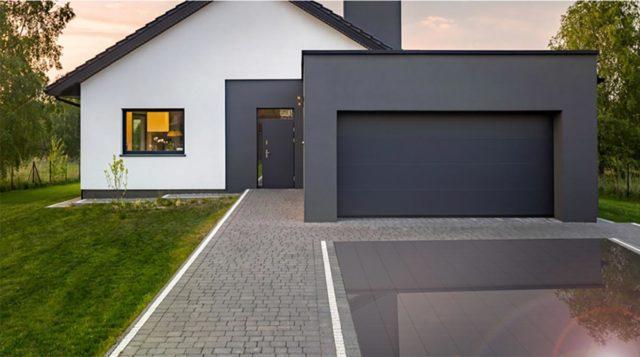 Foto de un pavimento solar instalado en la entrada de una casa