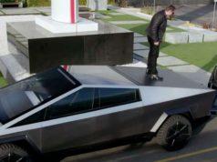 Foto donde Elon Musk se sube a la CyberTruck para explicar las novedades