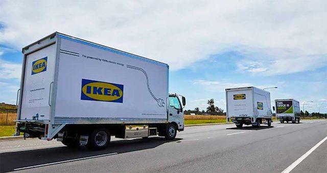 Foto de varios camiones eléctricos de IKEA circulando por la carretera