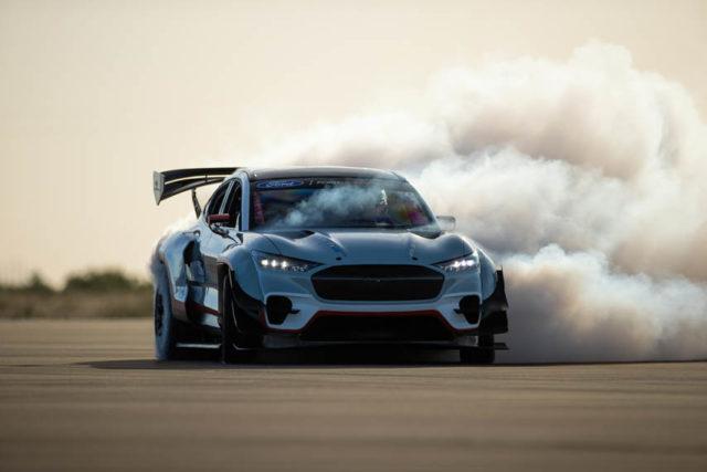 Ford-Mustang-Mach-E-1400_derrape2