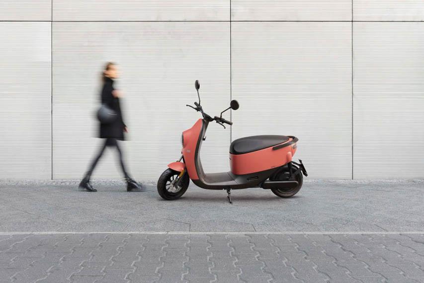 scooter-electrica-lateral-color-naranja-aparcada