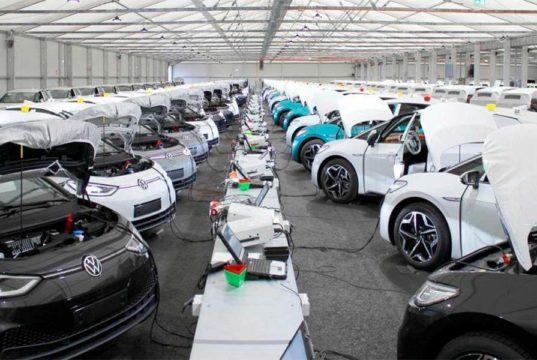 La curiosa foto de miles de VW ID.3 conectados a un ordenador y que todos hablan en Internet