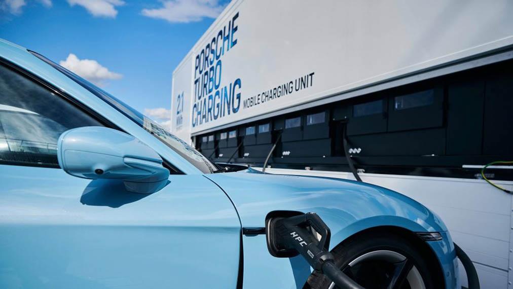 Porsche-Turbo-Charging_estacion-carga-movil_taycan.cargando