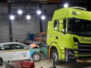 prueba-choque-volkswagen-golf-contra-camion-electrico-Scania