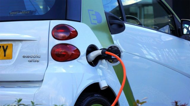 coche-electrico-cargando