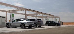 estacion-carga-volkswagen-desierto-Arizona-EEUU_coches-electricos-marcas-Grupo-VW-cargando