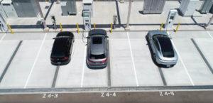 estacion-carga-volkswagen-desierto-Arizona-EEUU_coches-electricos-marcas-Grupo-VW-cargando_vista-arriba