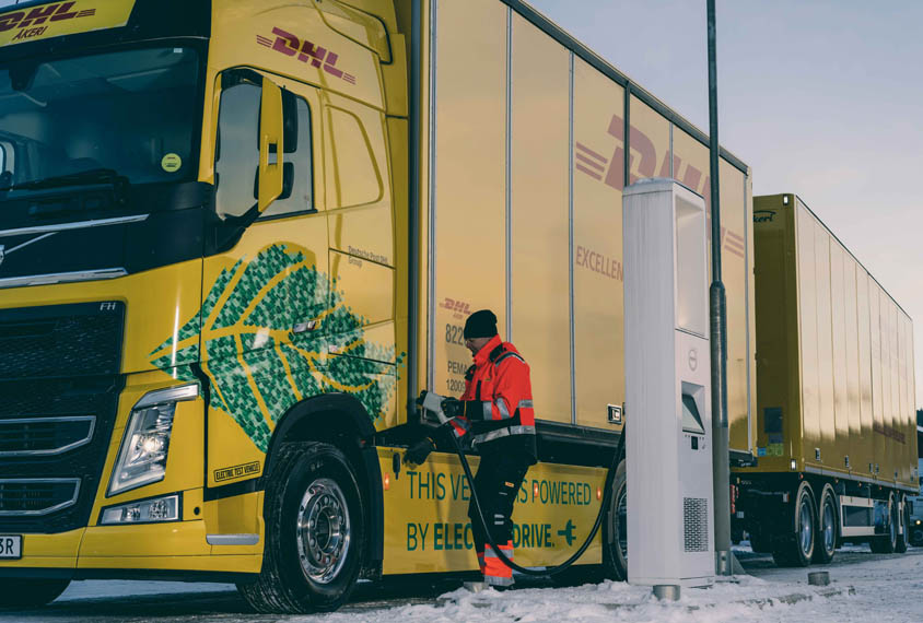 camion-electrico-Volvo-operado-DHL-Freight_cargando