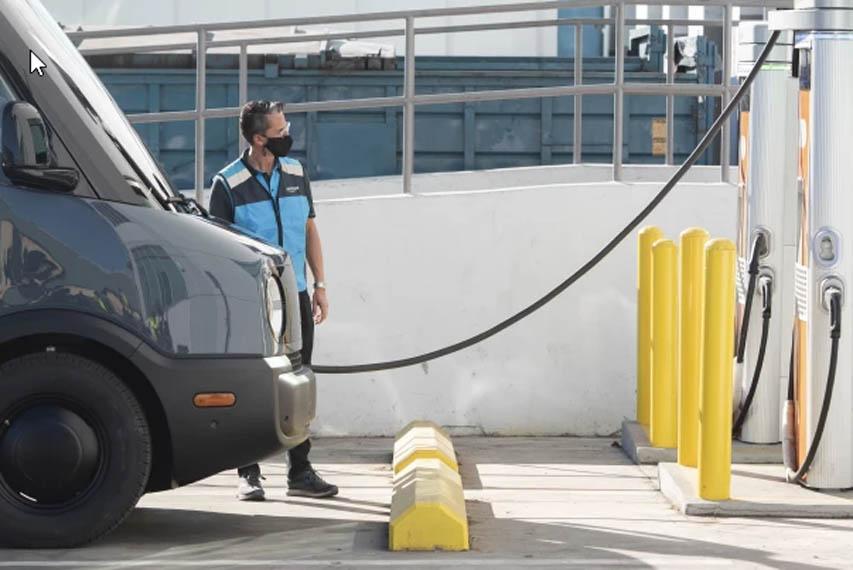 furgoneta-electrica-rivian-para-amazon_primeras-pruebas_reparto_los_angeles-cargando