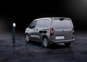 furgoneta-electrica_peugeot-e_partner-cargando_trasera