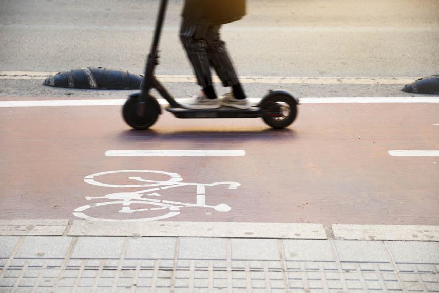 patinete-electrico-circulando-carril-bici