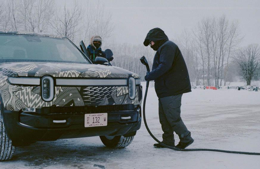 pickup-electrica-rivian-r1t-pruebas-climas-frios-cargando