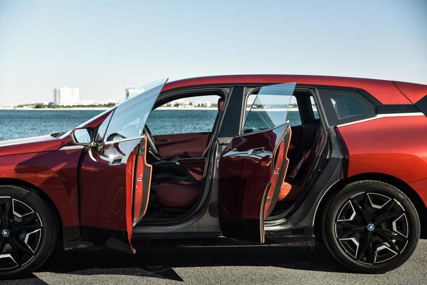 BMW-iX_color-rojo-puertas-abiertas