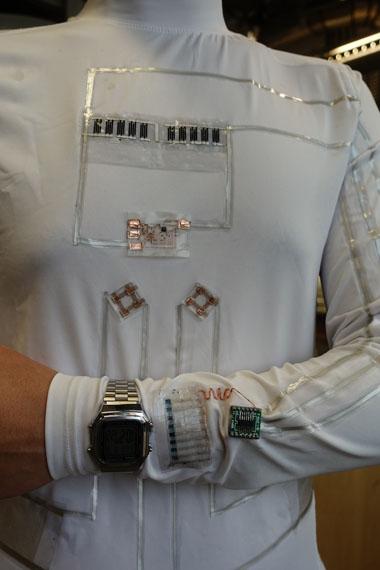 camiseta-genera-electricidad_alimentando-reloj
