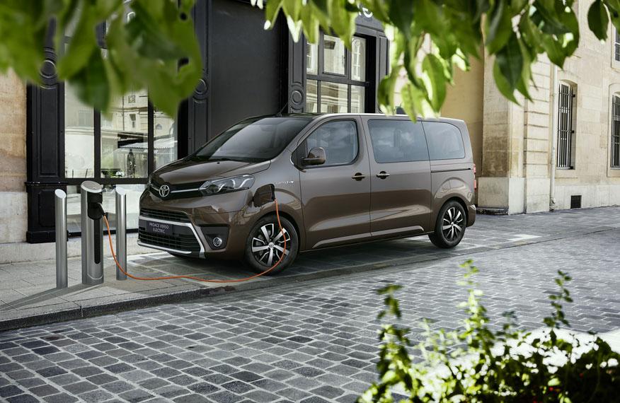 furgoneta-electrica-toyota-proace-verso-electric_cargando-calle
