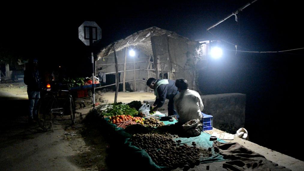 india-comercios-luz-baterias-Audi_noche