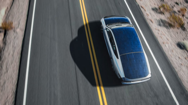 lightyear-one_arriba-vista-paneles-solares-carretera