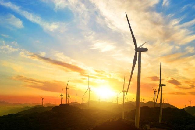 parque-eolico-atardecer-molinos-viento
