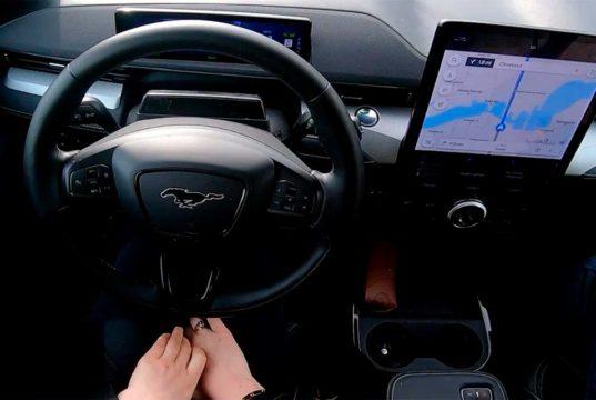 """Ford muestra su """"Autopilot"""" - Así es el BlueCruise en acción en un Mustang Mach-E"""