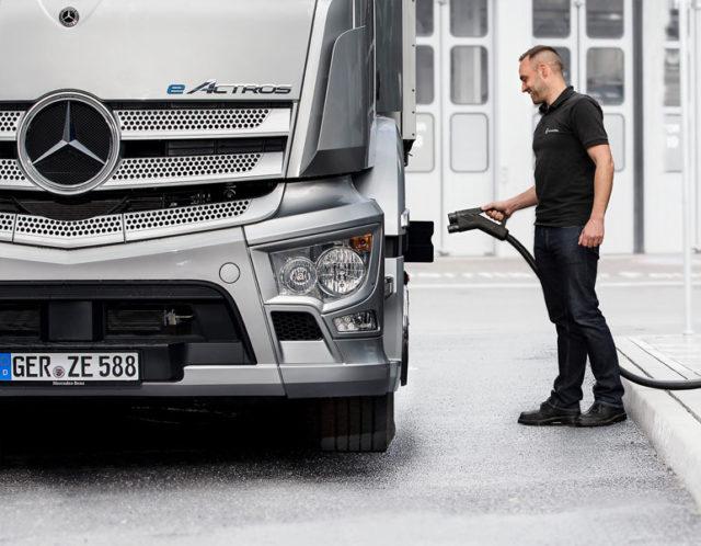 Carga-camion-electrico-Mercedes-Benz-Trucks