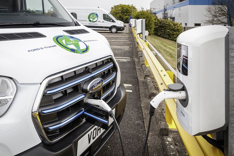 Ford-E-Transit_primeras-pruebas-clientes-europeos_cargando