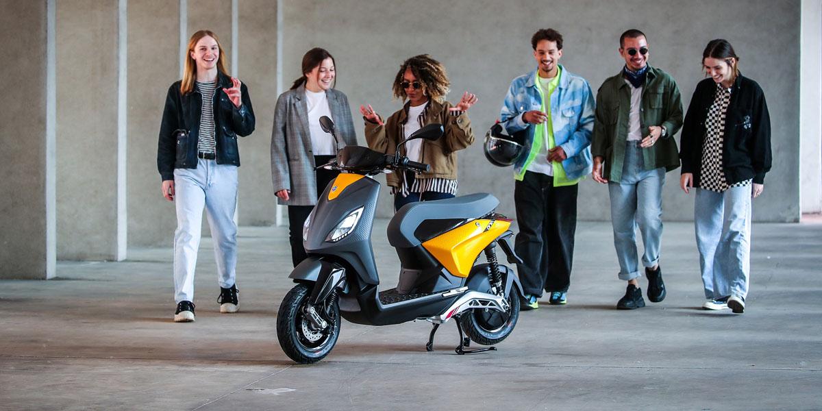 Nueva-scooter-electrica-Piaggio-ONE_gente