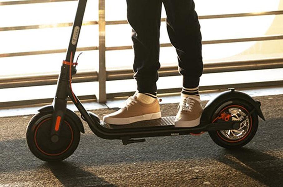 nuevos-patinetes-electricos-Ninebot-F30-F40_usuario-montado