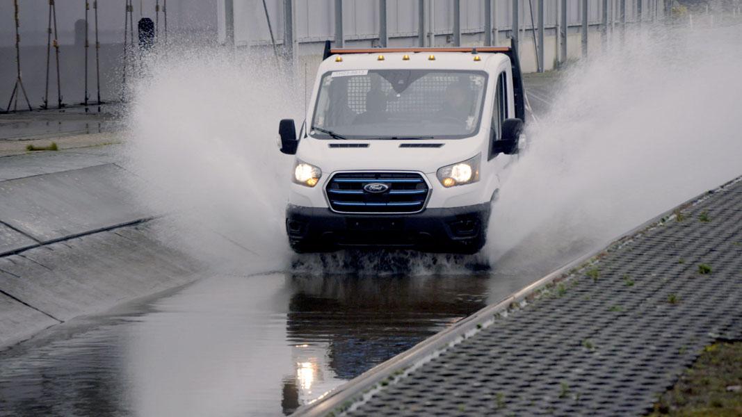 Furgoneta-electrica-Ford-E-Transit_pruebas-extremas-agua