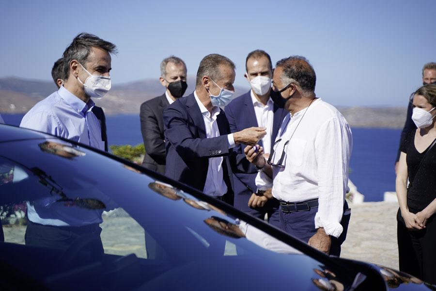 director-ejecutivo-Volkswagen_Herbert-Diess_primer-ministro-Grecia_Kyriakos-Mitsotakis_isla-griega-Astypalea