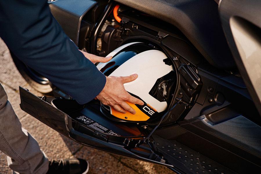 BMW-CE-04_compartimento-lateral-casco