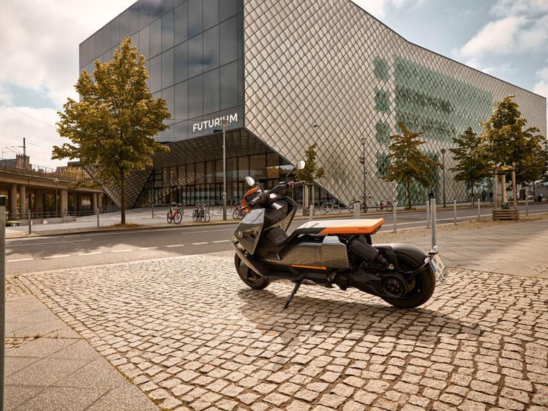 BMW-CE-04_estacionada-trasera