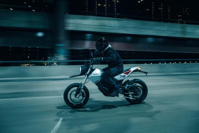 Nueva-motocicleta-electrica-Zero-FXE_conduccion-2
