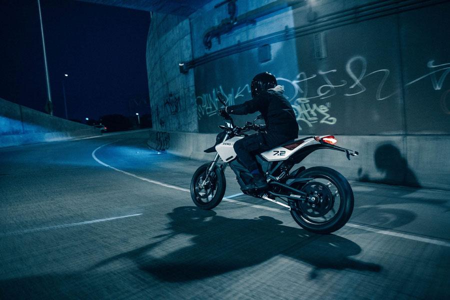 Nueva-motocicleta-electrica-Zero-FXE_conduccion