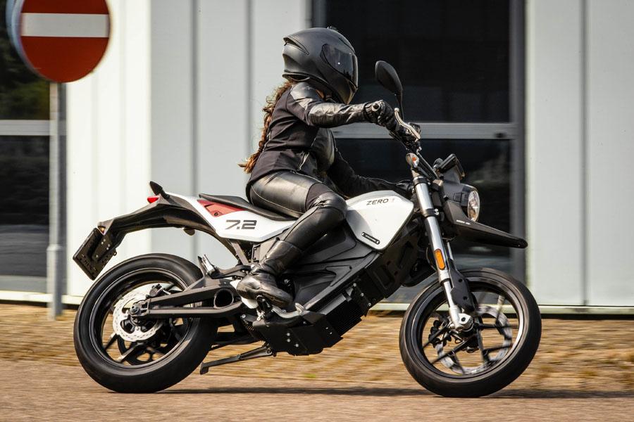 Nueva-motocicleta-electrica-Zero-FXE_lateral-conduccion