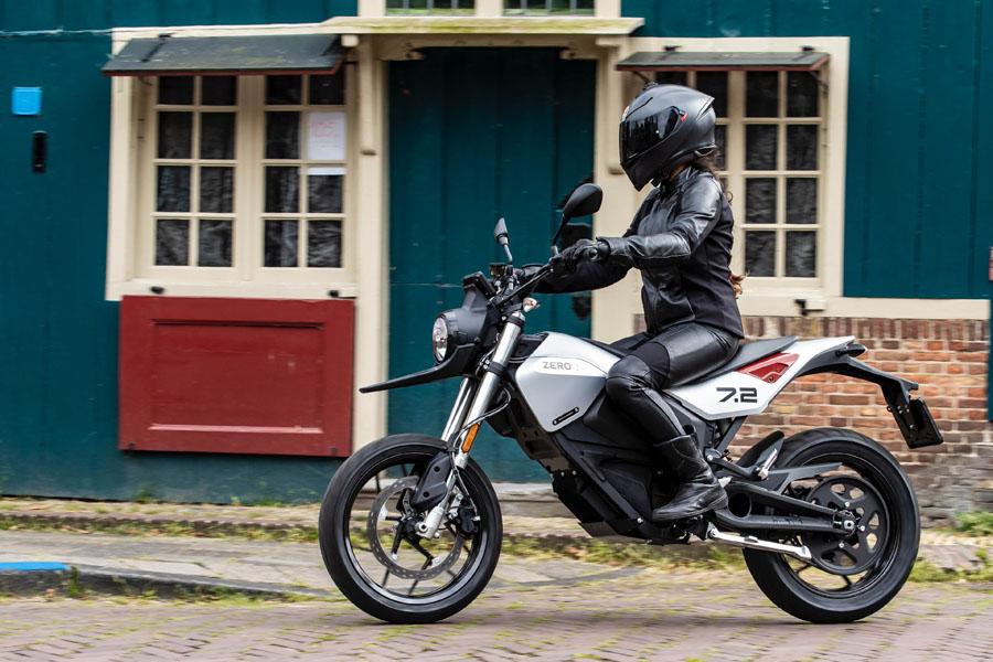 Nueva-motocicleta-electrica-Zero-FXE_lateral-mujer