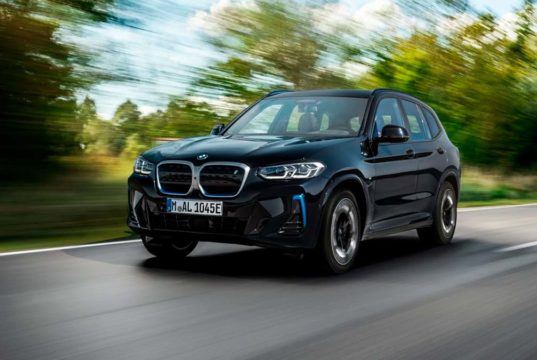 El BMW iX3 se renueva con un restyling y cambio de precio