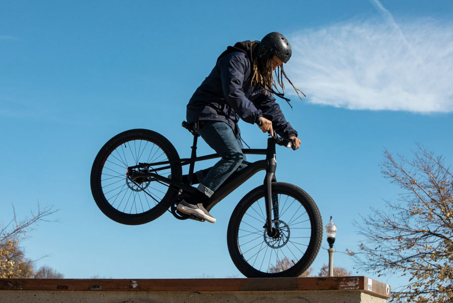 Bicicleta-electrica-Serial-1-Harley-Davidson_acrobacia