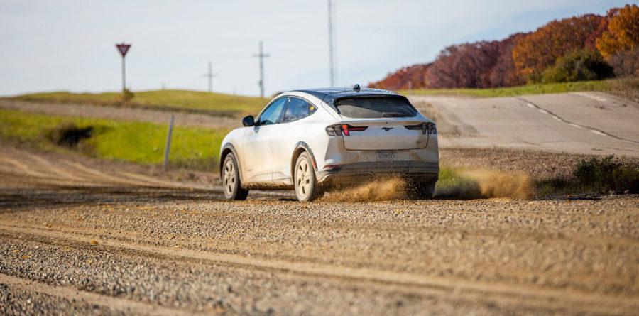 Ford-Mustang-Mach-E_pruebas-caminos-grava-trasera